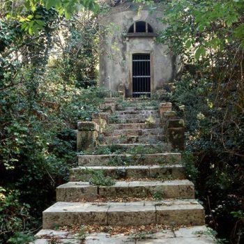 La-scalinata-conduce-a-una-delle-tante-cisterne-acquedotto
