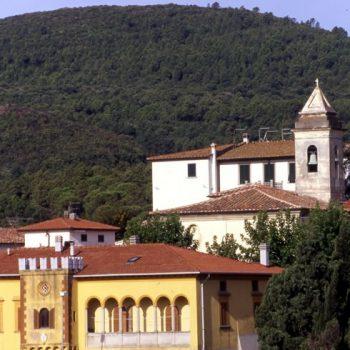Una-veduta-del-castello-di-Colognole-e-della-pieve